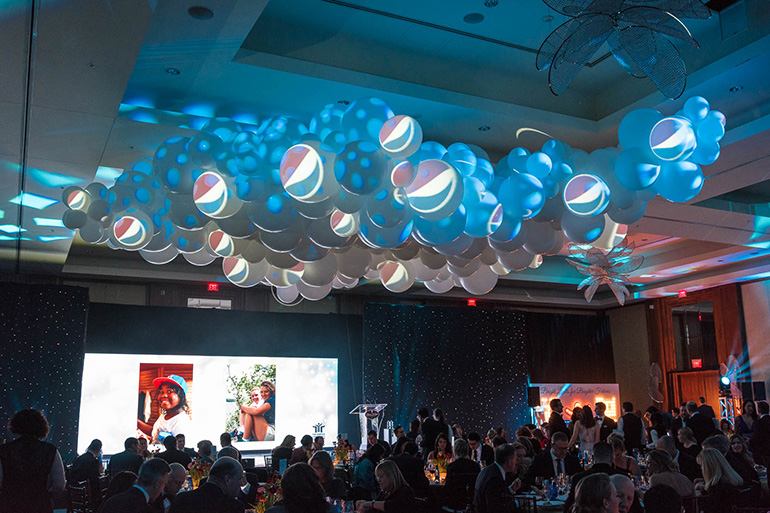 FMAV used projection mapping to display the Pepsi logo on the balloon clouds.